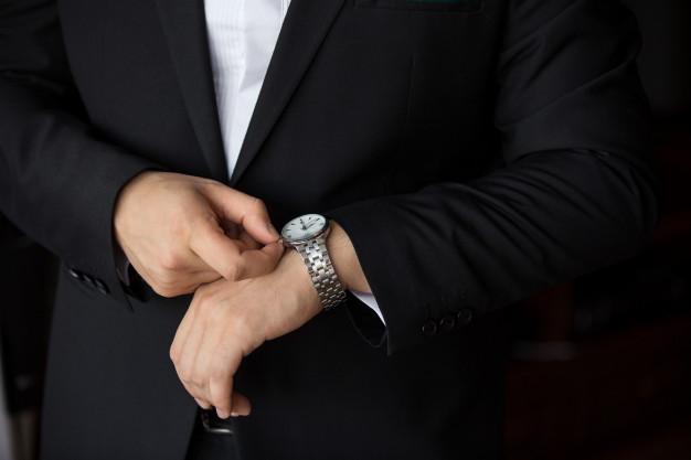 persona acomodando su costoso reloj
