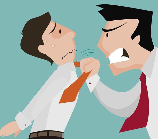 cliente molesto agrediendo a trabajador